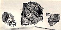 Entre los tesoros rescatados en el año 1900 de un barco sumergido procedente de la isla griega de Anticitera, que naufragó hace al menos 2.000 años, se encontraba una masa revuelta de madera y bronce, corroída hasta tal punto que fue casi imposible ver de qué se trataba. En 1954 un especialista de Cambridge, Derek J. De Solla Price, se dio cuenta de su verdadero significado: el objeto constaba de más de 20 ruedas de engranaje montadas en una caja de madera y era un «reloj calendario» que indicaba el movimiento de los cuerpos celestes. No hubo ningún mecanismo tan complejo como éste hasta los relojes del Reenacimiento de el siglo XV.